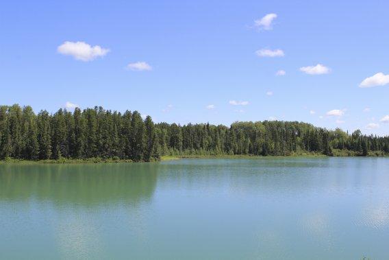 Le lac Paradis se caractérise par une eau émeraude due à la présence de particules de serpentinite. (Photo Charles-Édouard Carrier, collaboration spéciale)