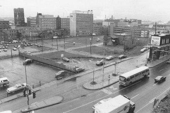 Les années de la désolation alors que le secteur est devenu mi-terrain vague, mi-stationnement à l'image des difficultés économiques de Saint-Roch, auquel on donne le surnom fort peu enviable de «Plywood City». Une image qui détonne alors qu'en 1985, le Vieux-Québec est cité au patrimoine mondial de l'UNESCO. «L'administration Pelletier était à la recherche d'un projet majeur pour lancer la revitalisation du centre-ville», explique Yvon Leclerc. ()