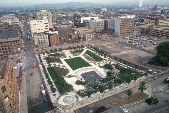 La Ville de Québec inaugure le jardin de Saint-Roch. Construit au coût de 6 millions $ et fortement critiqué par l'opposition à l'hôtel de ville, il est considéré comme un premier geste vers la relance du quartier par l'administration de Jean-Paul L'Allier. Les bâtiments aux abords du boulevard Charest que l'ont voit sur cette photo ont été remplacés en 2003 par la place de l'Université-du-Québec, dotée d'une scène pour des... ()