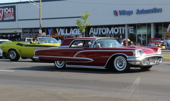 Les superbes «custom» des années cinquante et soixante effectuaient un retour au «Dream Cruise». (Photo Éric Descarries, collaboration spéciale)
