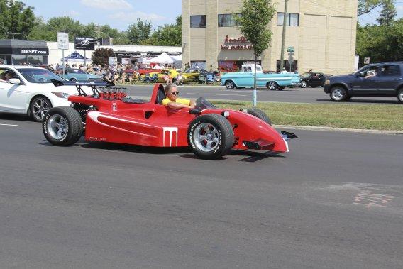 Une «Street Formula», une auto de type formule avec moteur arrière, feux, phares et tout pour la rendre «légale»... mais l'est-elle vraiment? (Photo Éric Descarries, collaboration spéciale)