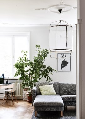 Un de ses objets déco préférés, cette lampe suspendue au salon, la Z1 COTTON LAMP de AY ILLUMINATE achetée chez Artilleriet. Son coup de cœur IKEA chez elle? Le sofa KARLSTAD chaise longue. (Photo Andrea Papini)