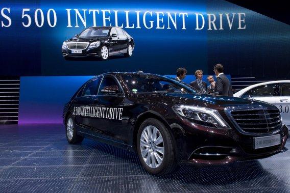 La voiture expérimentale S 500 Intelligent Drive occupe une place de choix au kiosque de Mercedes, au salon de l'automobile de Francfort.