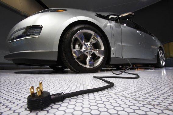 GM vend actuellement le véhicule hybride Volt de Chevrolet, qui peut couvrir une distance de 60km sur une seule charge à partir d'une prise de courant ordinaire, avant l'entrée en fonction d'un générateur à essence.