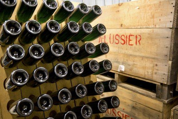 Les bouteilles de mousseux passent trois semaines au pupitre, le temps que dure l'agglomération du dépôt. (Photo David Boily, La Presse)