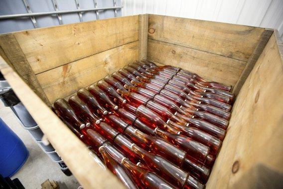 Des bouteilles de mousseux reposent sur lattes. (Photo David Boily, La Presse)