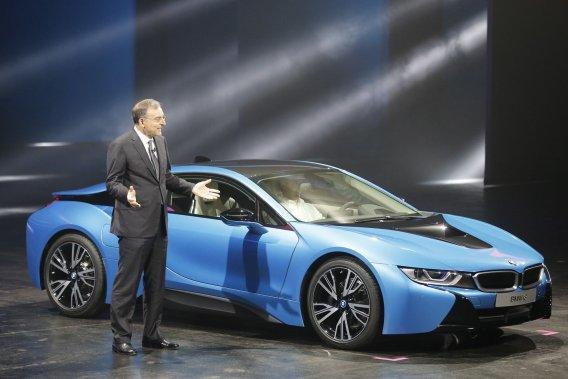 Le PDG de BMW,Norbert Reithofer, présente la livrée de production de la i8.