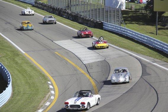 Un imposant groupe de voitures était en piste au U.S. Vintage Grand Prix. L'événement attire quelque 650 participants, dont les voitures ont connu leur heure de gloire dans le passé.