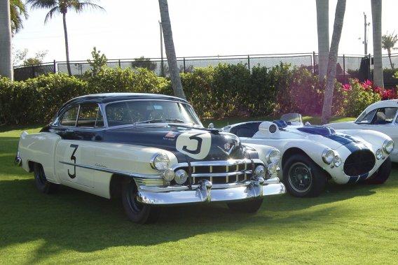 Deux voitures de lécurie Cunningham (gauche à droite) : Cadillac Coupé DeVille 1950 et Cunningham C2-R 1951.