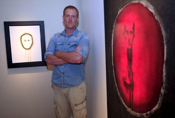 Côté art actuel, on peut dire que l'été 2013 fut l'été Marc Séguin, avec la présentation d'une exposition rétrospective en deux volets des œuvres de l'artiste à la Maison Hamel-Bruneau et au Musée d'art contemporain de Baie-Saint-Paul. Ici, on voit l'artiste entre «Deux têtes» et «Autoportrait no 18. (Le Soleil, Pascal Ratthé)