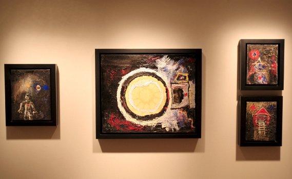 À droite de l'image, on voit les deux petits formats «Bonhomme» et «Maison», réalisés en 2001. À L'origine, ces pièces étaient des toiles sur lesquelles Marc Séguin essuyait ses pinceaux. (Le Soleil, Pascal Ratthé)