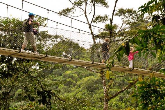 Balade sur un des huit ponts suspendus à Arenal (Photo Bénédicte Millaud, La Presse)