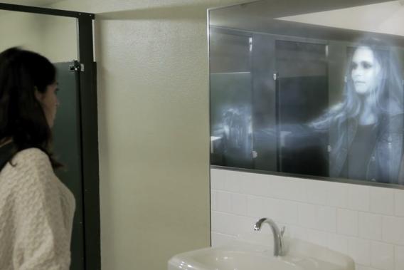 Le concept consiste à installer, dans les salles de bain de ces établissements collégiaux, un faux lavabo surmonté d'un tout aussi faux miroir. Lorsqu'une personne se place devant ce dispositif, une image 3D est activée.