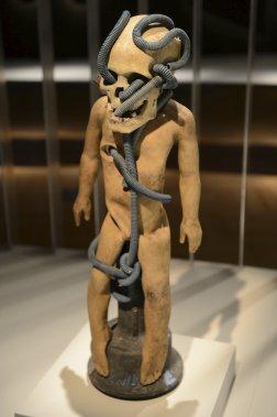 Guerly Lauren. «Danbala», 2011, techniques mixtes. Lauren réunit un crâne gede-esque et un serpent symbolisant Danbala, figure paternelle vodou de la création. (Le Soleil, Patrice Laroche)