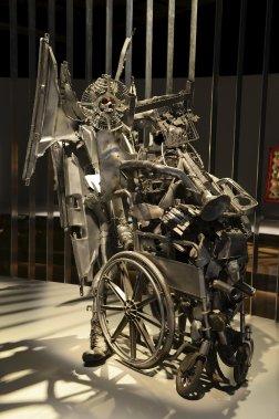 Frantz Jacques, dit Guyodo. «Sans titre», 2005. Métal, techniques mixtes. La peinture argentée qui recouvre cette sculpture lui donne un aspect neuf qui contraste avec la désuétude des matériaux recyclés qui la composent. (Le Soleil, Patrice Laroche)