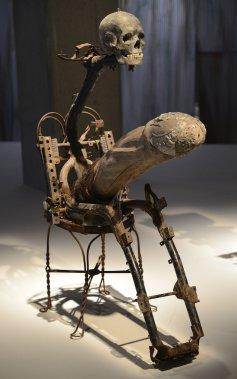 Jean Hérard Celeur. «Triptyque sculptural» (détail), 2006, métal, techniques mixtes. Les trois Gede rappellent, bien que partiellement, les quatre cavaliers de l'Apocalypse. Des crânes recouverts de boue séchée surmontent trois cadres de moto. Ce personnage brandit son pénis surdimensionné, tel un lance-missile. L'ensemble illustre «la triple tragédie du sida, de l'oppression politique et de la pauvreté». (Le Soleil, Patrice Laroche)