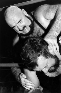 Maurice «Mad Dog» Vachon étrangle Gilles «The Fish» Poisson durant un combat en 1986. (Photo Bernard Brault, La Presse)