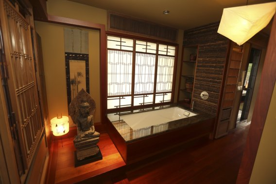 l 39 le bizard un style japonais plus vrai que nature pierre desch nes maisons de luxe. Black Bedroom Furniture Sets. Home Design Ideas