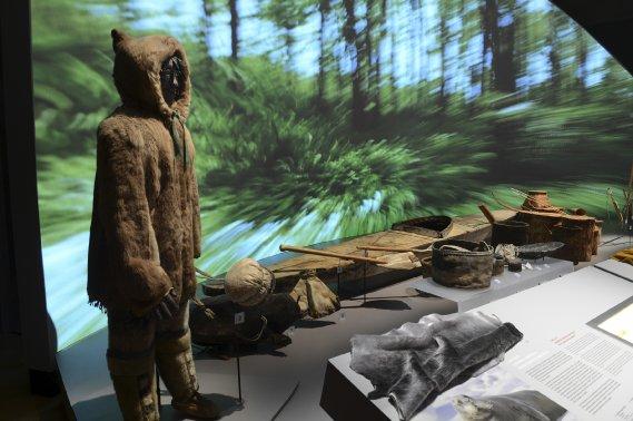 Photo du journal La Presse : derrière une statuette inuit, un paysage de forêt en vidéo.