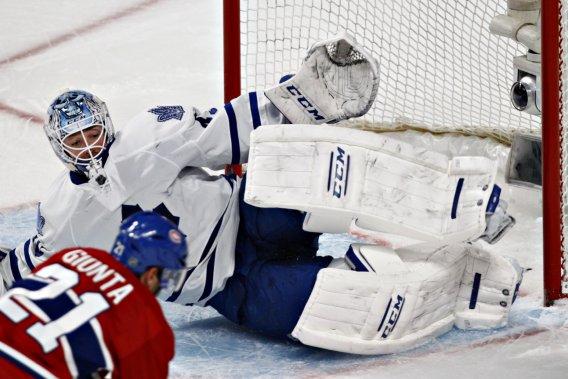 Le gardien Jonathan Bernier arrête le tir de l'attaquant du Canadien Brian Gionta. (Photo Olivier Jean, La Presse)