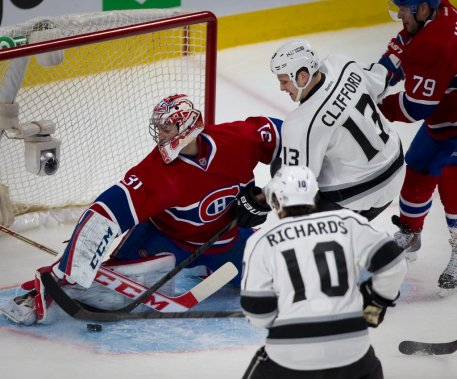 Carey Price se défend contre Mike Richards et Kyle Clifford. (André Pichette, La Presse)