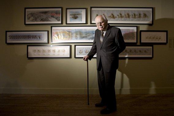 Le grand artiste, qui a mis son crayon au service de la défense de l'environnement, pose devant certaines de ses oeuvres exposées au Musée des beaux-arts de Montréal, en 2009. (Alain Roberge, archives La Presse)