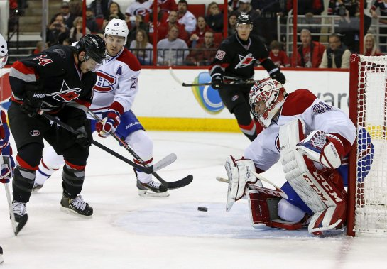 Nathan Gerbe tente de déjouer Carey Price. (Photo Karl B DeBlaker, AP)