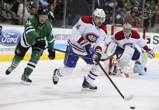 Tomas Plekanec du Canadien (14) récupère la rondelle. (Photo Sharon Ellman, AP)