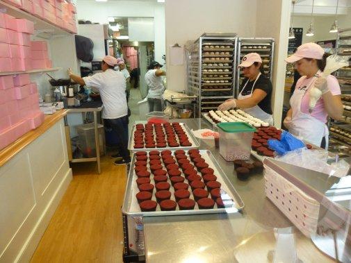 Des employés de Georgetown Cupcake s'affairent dans les cuisines. (Photo Catherine Schlager, La Presse)