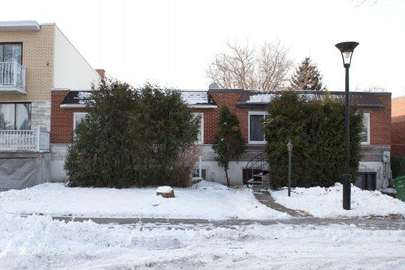 Construite en 1952, la maison d'Ariane Ménard et de Benoit Fournier comporte trop de problèmes pour être rénovée. Elle se trouve entre un duplex et une autre maison unifamiliale. (Photo Robert Skinner, La Presse)