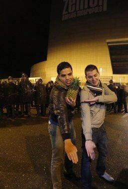 Deux jeunes font le geste de la quenelle, apparenté à un salut nazi, une main vers le bas, l'autre sur l'épaule. (Photo: Reuters)