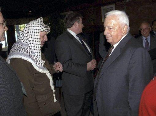 Ariel Sharon aux côtés de l'ancien leader Palestine Yasser Arafat, le 21 octobre 1998 lors de pourparlers de paix organisés à Wye Mills au Maryland. (PHOTO AVI OHAYON, ARCHIVES AGENCE FRANCE PRESSE)