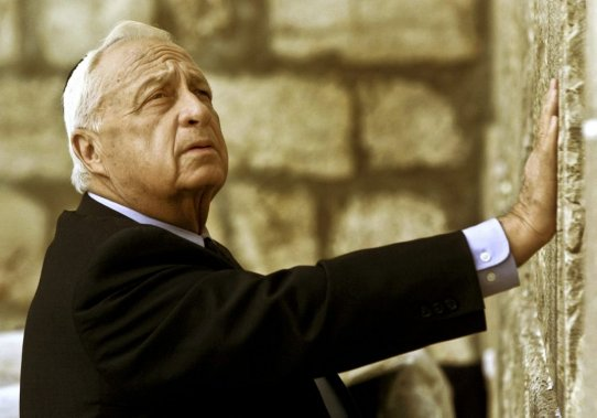 Ariel Sharon touche le Mur des Lamentations, le 7 février 2001. (PHOTO DAVID GUTTENFELDER, ARCHIVES ASSOCIATED PRESS)