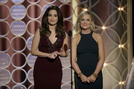 Les animatrices de la soirée, Tina Fey et Amy Poelher. (PHOTO REUTERS)