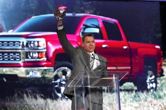 JeffreyLuke, l'ingénieur en chef de General Motors. Le prix du véhicule lourd de l'année<em></em> est allé au<em> pick-up</em> Chevrolet Silverado.