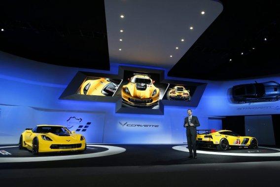 Le président de GM Dan Amman entouré de la Chevrolet Corvette Z06, à gauche, et de la Corvette C7-R, à droite.