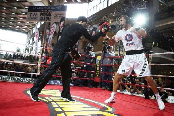 Lucian Bute en action dans le ring avec son entraîneur Stéphan Larouche. (Photo Robert Skinner, La Presse)