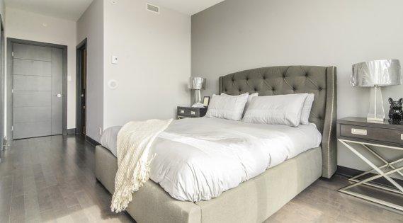 La chambre principale de ce condo de 1240 pi2, spacieuse, compte une penderie de style walk-in et sa propre salle de bains. (Photo fournie par le Groupe MONSAP)