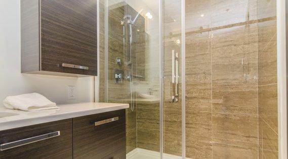 La douche de céramique de la salle de bains attenante à la chambre principale est séparée de la baignoire. (Photo Marco Campanozzi, La Presse)