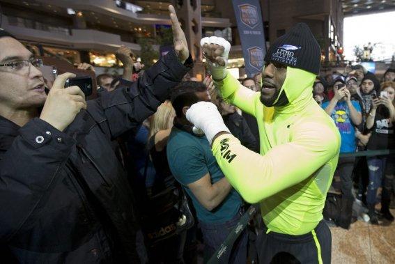 Jean Pascal s'est fait remarquer dès son arrivée aux abords du ring lors de son entraînement public, mardi, au Complexe Desjardins, alors qu'il était affublé d'un combo cagoule-camisole vert fluo. (Photo Robert Skinner, La Presse)