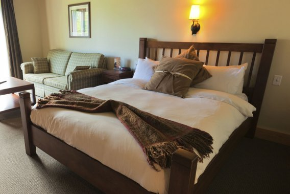 La plupart des chambres de l'auberge disposent de deux lits à deux places. Elles sont confortables et offrent une vue sur le lac. (Photo fournie par la SEPAQ)