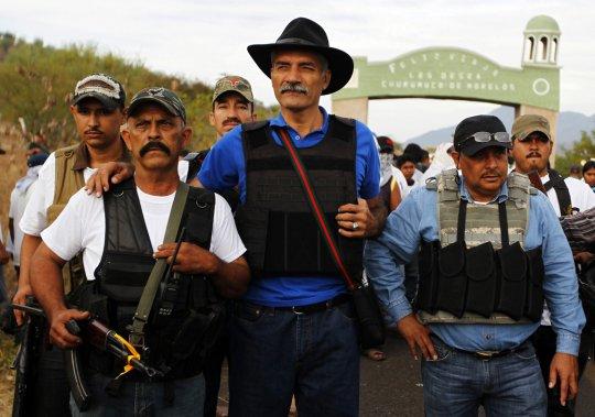 Jose Manuel Mireles, chef de la police communautaire de Michoacan, en compagnie de « justiciers volontaires ». (Jorge Dan Lopez, Reuters)