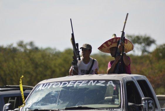 Des membres du groupe d'autodéfense en patrouille aux abords de la ville de Paracuaro. ()
