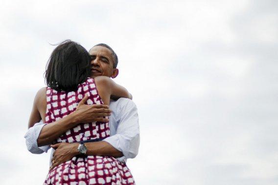 Cette photo prise le 15 août  2012, où Michelle Obama enlace son mari après un de ses discours électoraux en Iowa, a été publiée, le 6 décembre de la même année, sur le compte Twitter du président après l'annonce de sa réélection. Un message l'accompagne: «Quatre années de plus». Dans les heures qui suivent, la photo et le message deviennent l'élément le plus «retweeté» de l'histoire du site de... (PHOTO JIM WATSON, AFP)