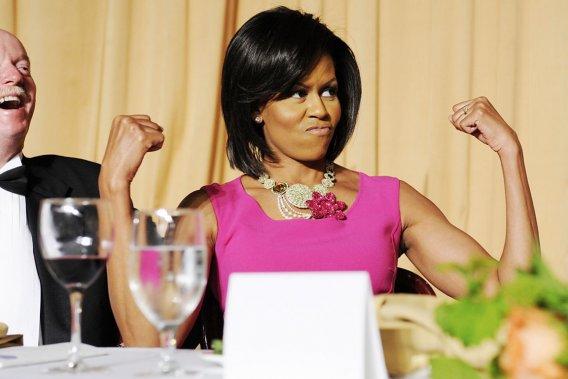 «Quel que soit le parti auquel nous appartenons, nous pouvons nous entendre sur le fait que Michelle a le droit de montrer ses bras», lance Barack Obama lors du dîner annuel des correspondants de la Maison-Blanche, le 9 mai 2009. Pour ponctuer le jeu de mot du président, la première dame exhibe ses bras bien découplés, qui suscitent l'admiration ou l'envie de nombreuses Américaines selon les sondages. (PHOTO JONATHAN ERNST, REUTERS)