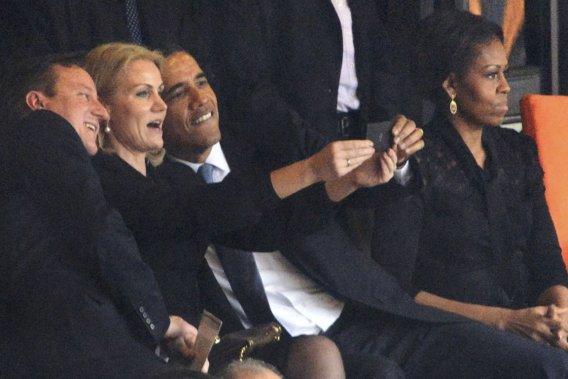 Michelle Obama affiche un air sérieux losque son mari se prend en photo avec la première ministre danois et le premier ministre britannique, le 10 décembre 2013, lors de l'hommage à Nelson Mandela en Afrique du Sud. Un des «selfies» les plus populaires de l'année. ()