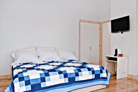 Les chambres, spacieuses, sont toutes meublées de bains, de lits très grand format particulièrement moelleux et d'écrans plats sur lesquels on peut se faire un petit cinéma. (PHOTO FOURNIE PAR ÉCO SPA HIGHLAND)