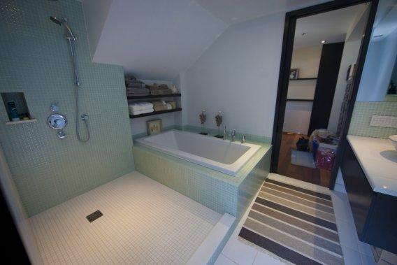 Il faut soigner l'aménagement d'une douche. Ici, aucune porte qui retient trop la chaleur pour nous faire geler en sortant. Aucun mur vitré qu'il faut essuyer, laver, astiquer. Accès facile, espace généreux: que demander de mieux? (PHOTO ANDRÉ PICHETTE, LA PRESSE)
