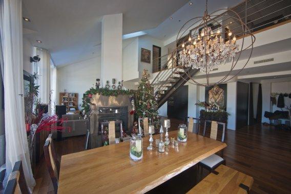 Un escalier en acier et en bois mène à la mezzanine depuis le salon. (PHOTO ANDRÉ PICHETTE, LA PRESSE)