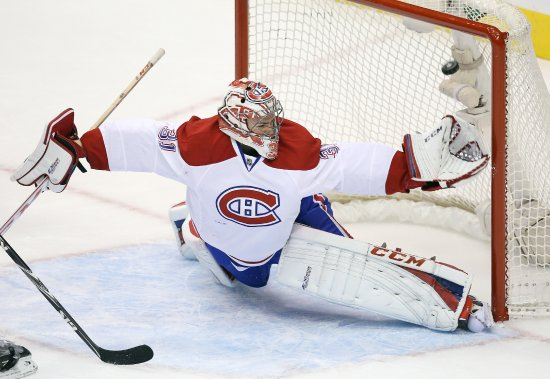Carey Price se fait battre par un tir de Mason Raymond. (Photo Tom Szczerbowski, USA Today)